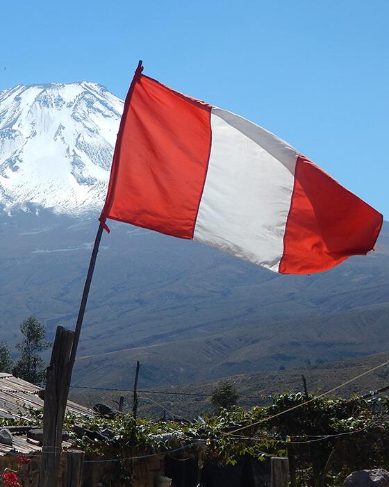 flaga peru w tle wulkan misti