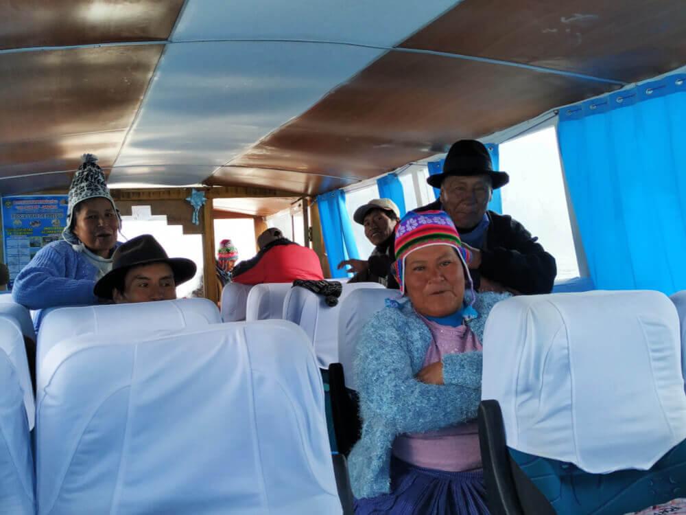 lokalni-mieszkańcy-peru-jezioro-titicaca-lokalsi